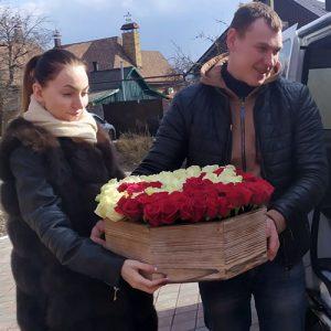 101 троянда у вигляді символу інь-ян в кошику у Львові фото
