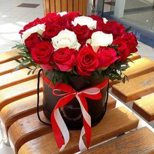 33 троянди в капелюшній коробці у Львові фото