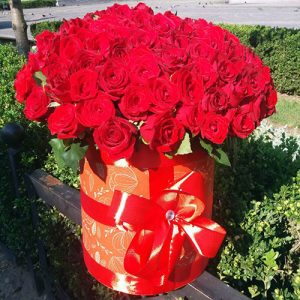 101 троянда червона у капелюшній коробці