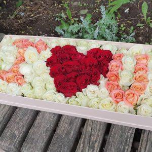 великий букет троянд в коробці у формі I love You для коханої фото
