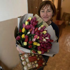 75 тюльпанів з цукерками фотозвіт доставки у Львові